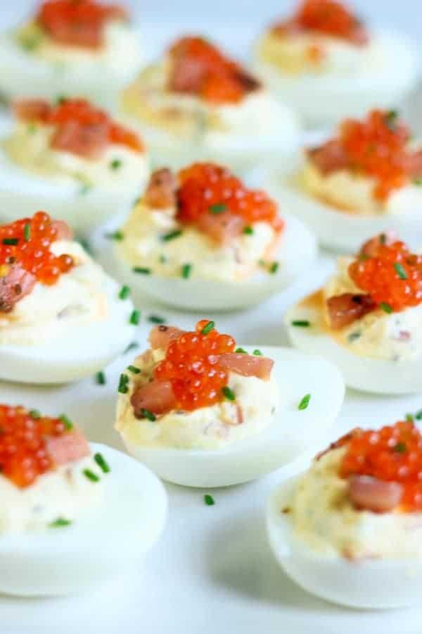 œufs mimosa au saumon fumé garnis de ciboulette et œufs de saumon